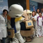 El Oceanogràfic dona regalos a la Cruz Roja y al Hospital La Fe